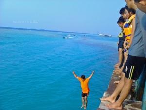 Loncat di Jembatan Cinta | Photo: fazword