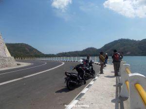 Tikungan Fotogenik dalam Perjalanan ke Pelabuhan Tawun | photo: fazword